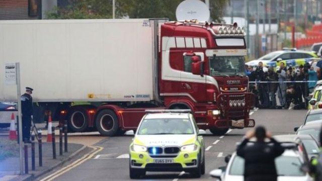 Kontener ciężarówki przewożony pod eskortą policji