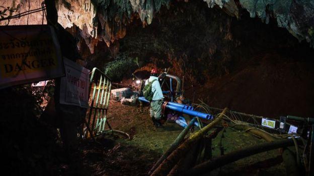 Equipamento no interior de caverna na Tailândia