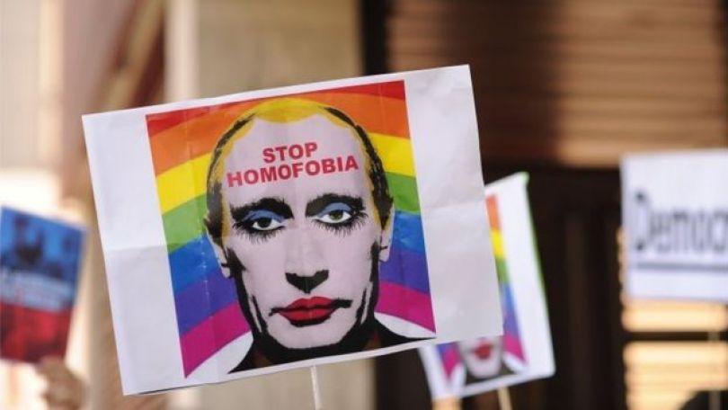 Cartaz com Putin em protesto contra lei que pune homossexuais