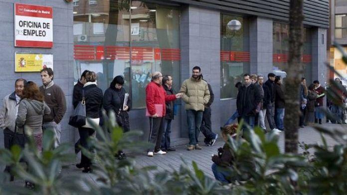 Gente en la puerta de una oficina de empleo