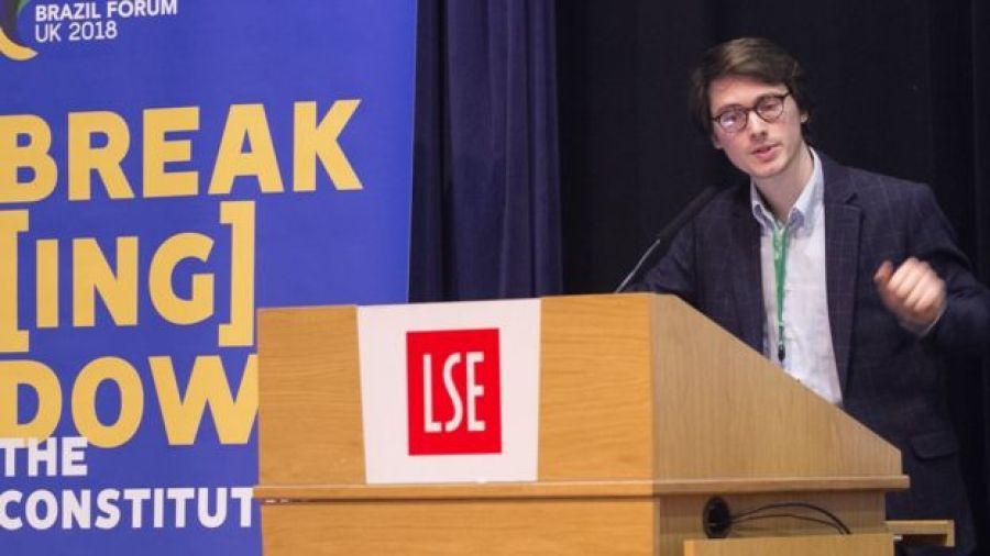 O economista Marc Milá durante uma palestra