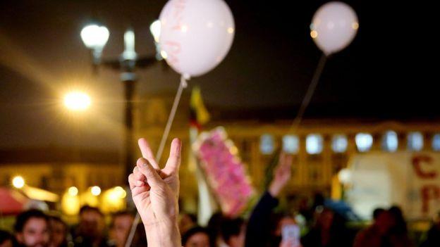 Gente festejando por la paz en Colombia.
