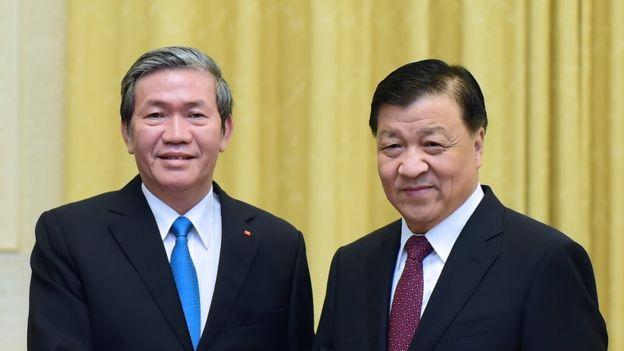 Hai ông Đinh Thế Huynh và Lưu Vân Sơn bắt tay nhau tại Bắc Kinh