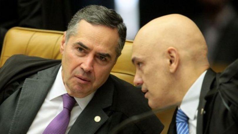 Os ministros Roberto Barroso (esq.) e Alexandre de Moraes (dir.)