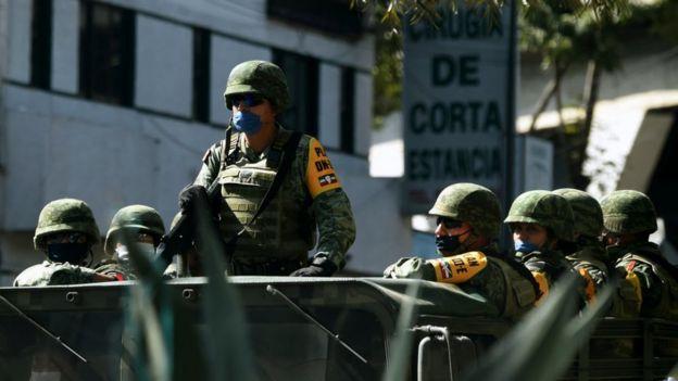 Personal del ejército mexicano patrulla las calles y apoya a la policía en la vigilancia de los hospitales tras las agresiones detectadas contra personal médico.