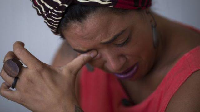 Talíria Petrone, vereadora em Niterói, enxuga as lágrimas