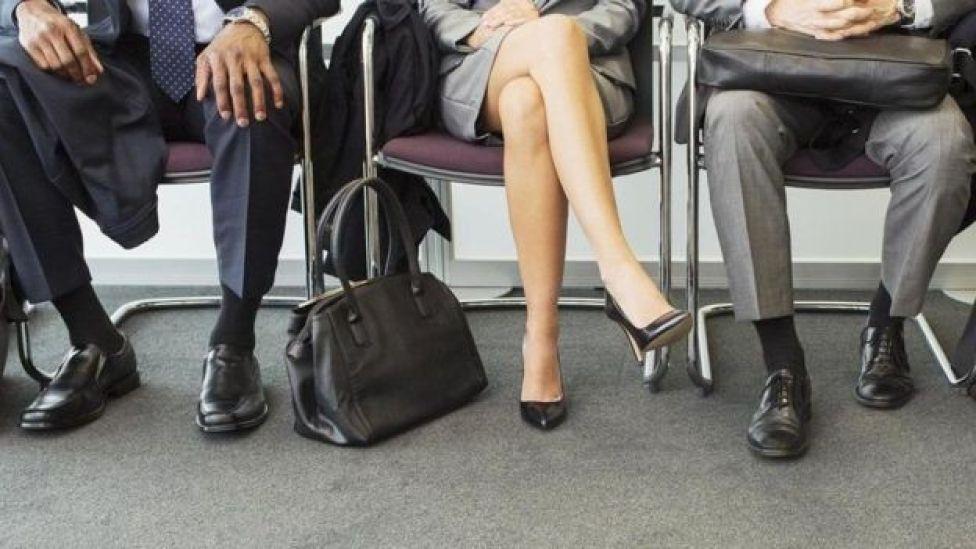 Pies de personas postulando a un puesto de trabajo.