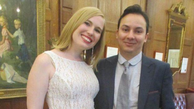 Samantha posa en esta foto con su novio, Aneil.
