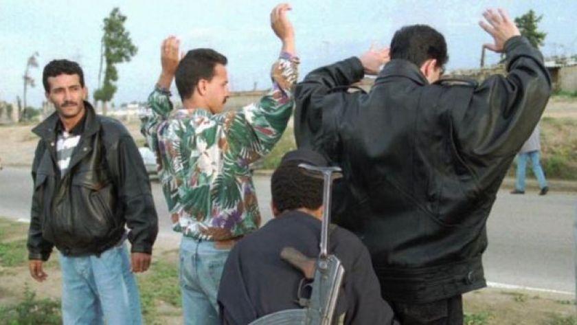 1995'te insanlar Cezayir polisi tarafından aranıyor