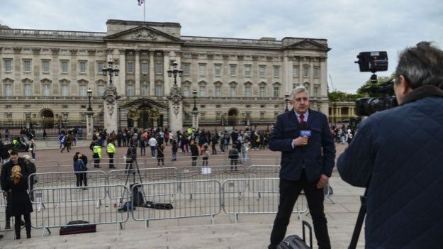 Un periodista frente al Palacio de Buckingham