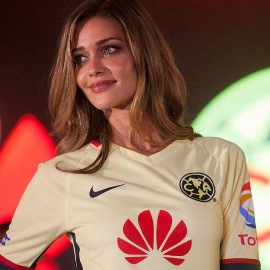 Modelo brasileira Ana Beatriz Barros com camiseta do América de México