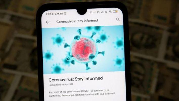صورة على شاشة هاتف محمول عن خبر حول فيروس كورونا