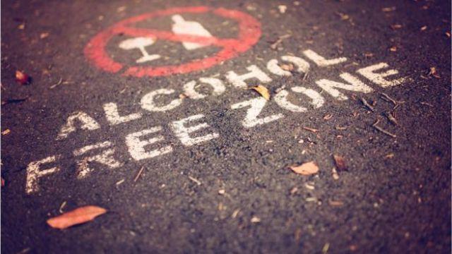 """Pintura no asfalto que diz """"Zona Livre de Álcool"""""""