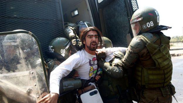 Joven manifestante detenido por las fuerzas militares.