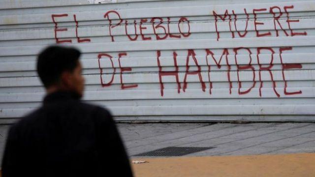 """Pintada en un comercio de Caracas, Venezuela, que dice """"El pueblo muere de hambre"""""""