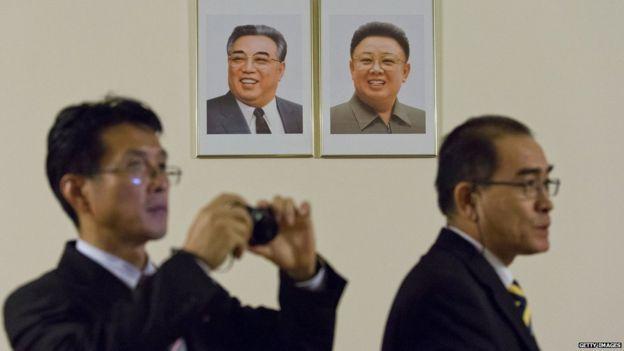 Thae en la foto con la imágen de dos líderes de Corea del Norte