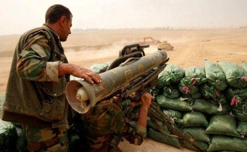 Un peshmerga kurdo alista un arma antitanques Milan para defenderse de un posible ataque suicida de EI, en Bashiqa, cerca de Mosul, Irak.
