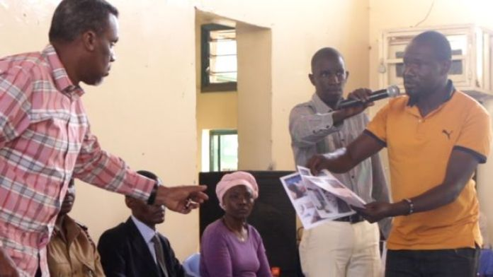 O ativisita Wilfred Olal entregou prints das páginas violentas às autoridades