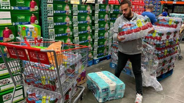 Hombre en el supermercado