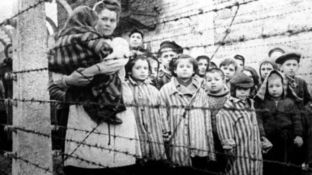 Imagem mostra crianças e adultos em Auschwitz, em 27 de janeiro de 1945