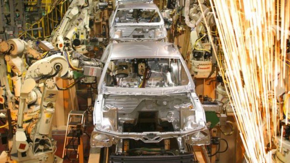 Línea de producción en fábrica automatizada con sistemas ciberfísicos en EE.UU.