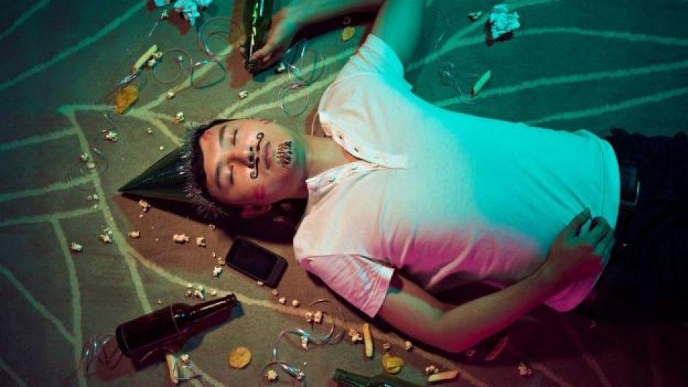Homme ivre dormant sur le sol après la fête