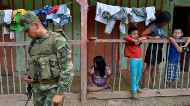Soldado colombiano en una zona rural