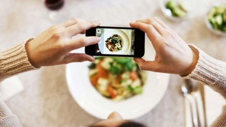 تصوير طبق طعام بالهاتف المحمول