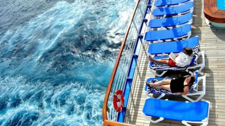 شباب يسترخون فوق سفينة في البحر