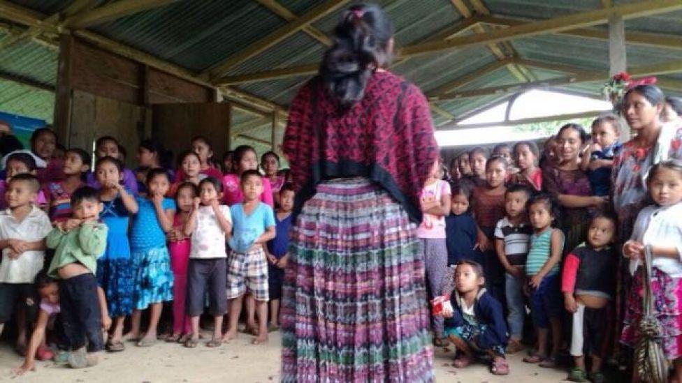 Roxana Mucú frente a un grupo de niños (Foto cortesía: Vilma Chón)
