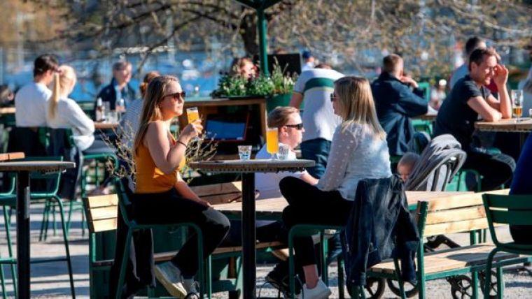 Pessoas em um café em Estocolmo