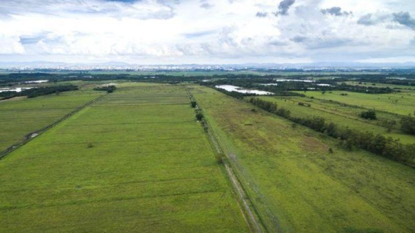 Imagem mostra uma vasta área agrícola no interior do Brasil