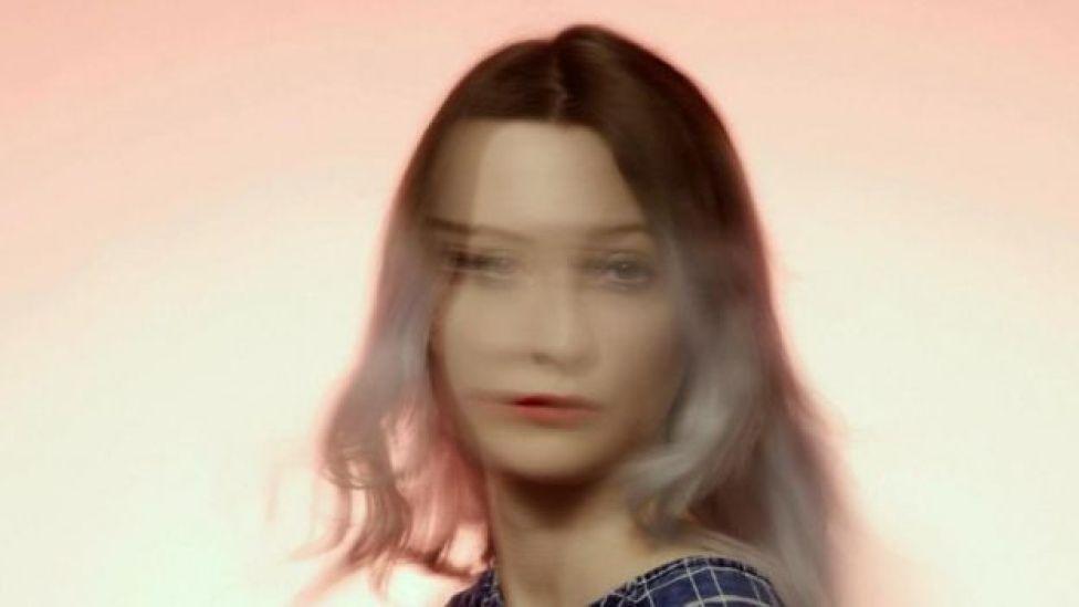 La imagen de una mujer fuera de foco