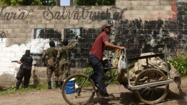 Miembros del ejército pintan murales de apoyo a las Maras.