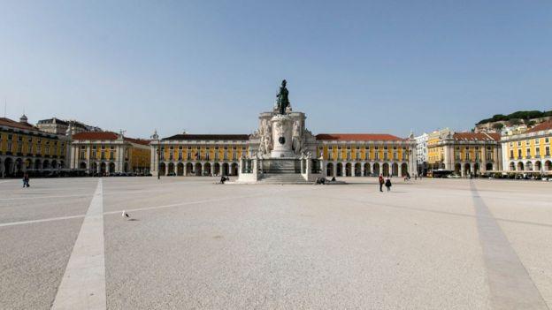 Plaza en Lisboa vacía.