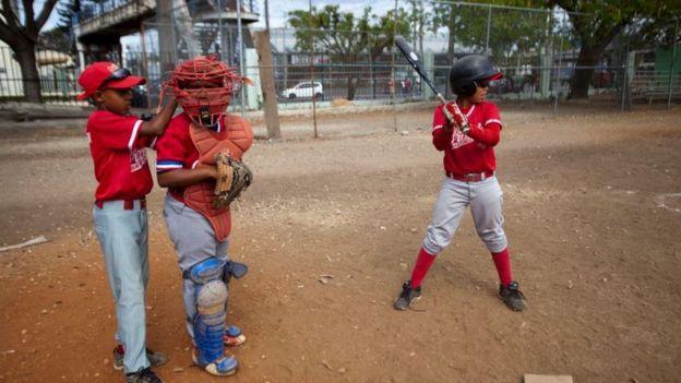 Niños jugando béisbol