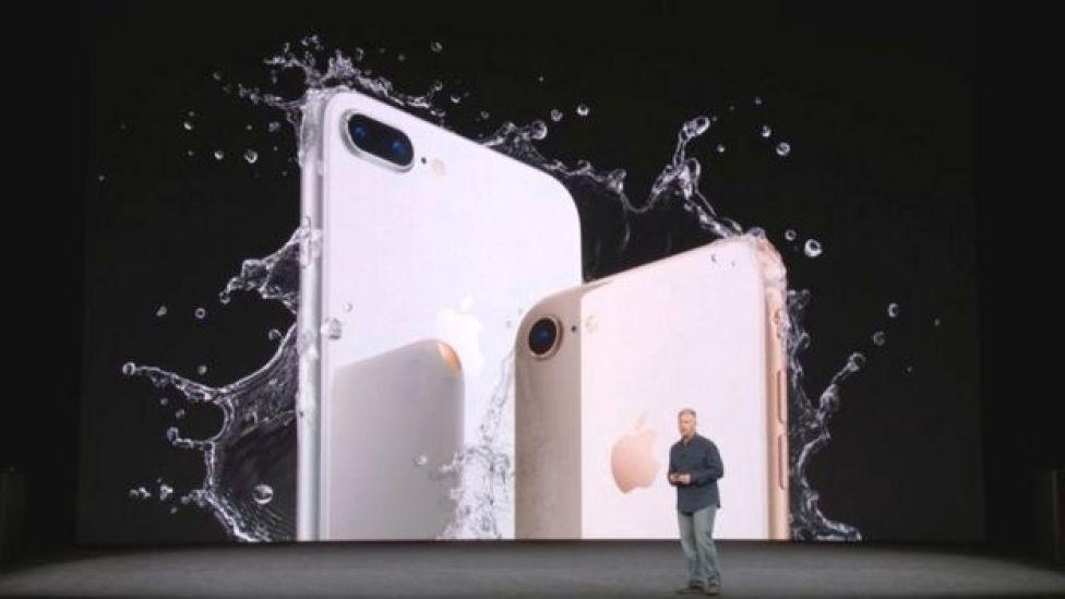 اپل همچنین دو نسخه جدید آیفون را تحت عنوان آیفون ۸ و آیفون ۸ پلاس معرفی کرده که حدود ۷۰۰ تا ۸۰۰ دلار قیمت دارند