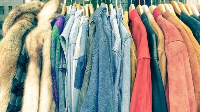 Des vêtements recyclés en vente dans un magasin