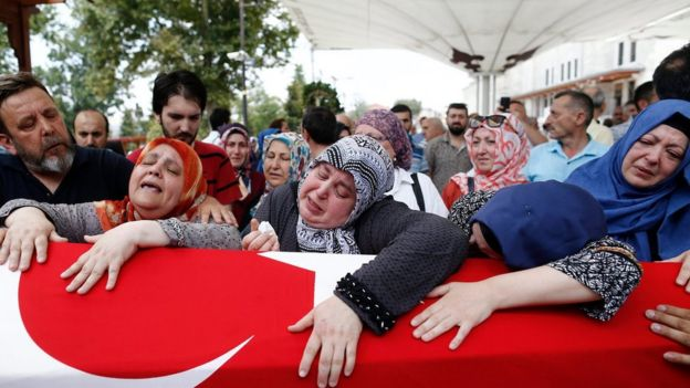 People mourn during the funeral of Omer Can Katar who was killed in a coup attempt (17/07/2016)