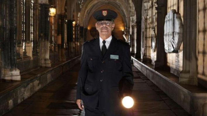 رجل شرطة يعمل خلال الليل