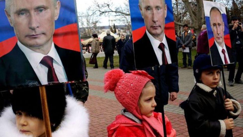 crianças com cartazes de Putin