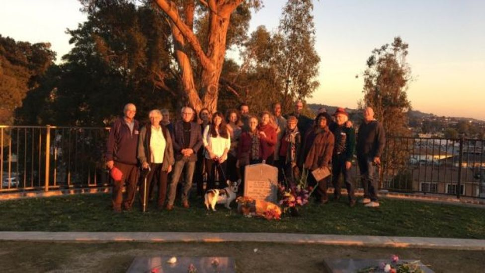 Sobrevivientes de Jonestown en el cementerio de Evergreen.