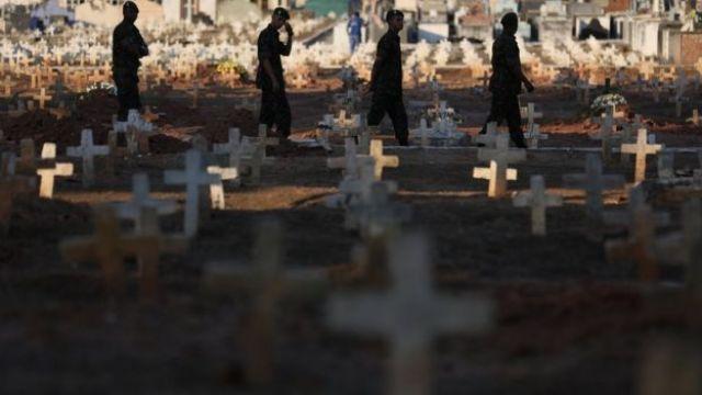 Militares enterram o soldado Marcus Vinicius Viana Ribeiro, que foi morto durante operação contra facções criminosas no Complexo do Alemão, no Rio de Janeiro, em agosto