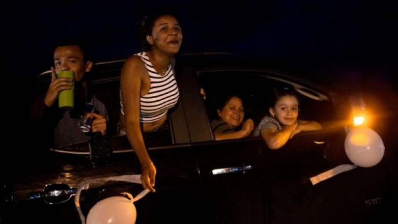 Moradores de Pacaraima fazendo 'carreata da paz' e gritando 'queremos paz'