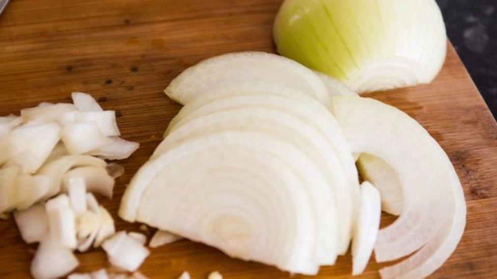 ¿Sirve pelar y remojar las cebollas para evitar que nos hagan lagrimear?
