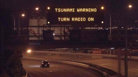 Un cartel de carretera informa de la alerta de tsunami en Nueva Zelanda.