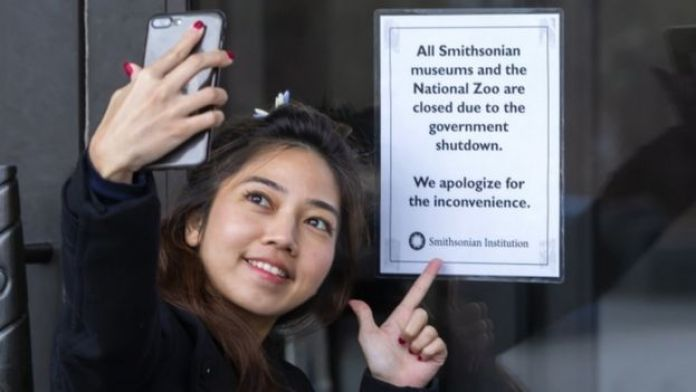 A Thai tourist snaps the consequences of the partial shutdown