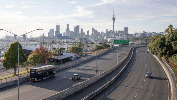 Una calle de Auckland semivacía