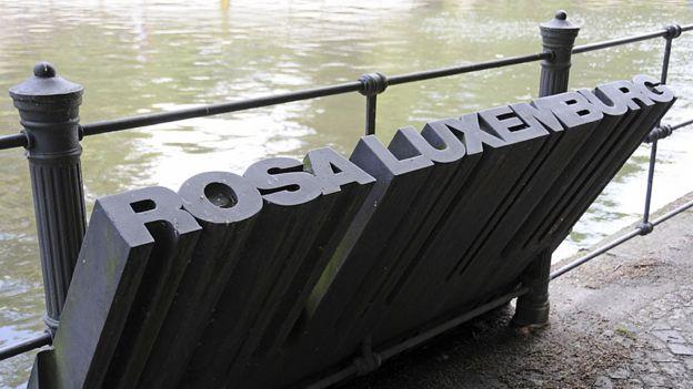 Monumento a Rosa Luxemburgo en el lugar en el que fue arrojada al agua