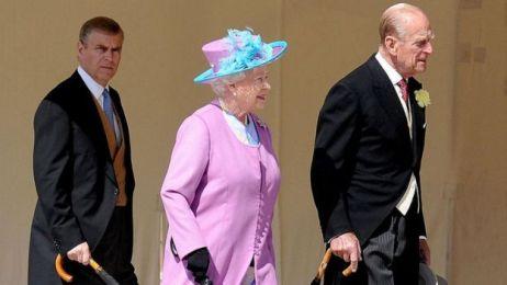 Andrew ao lado de seus pais, a rainha Elizabeth e príncipe Philip